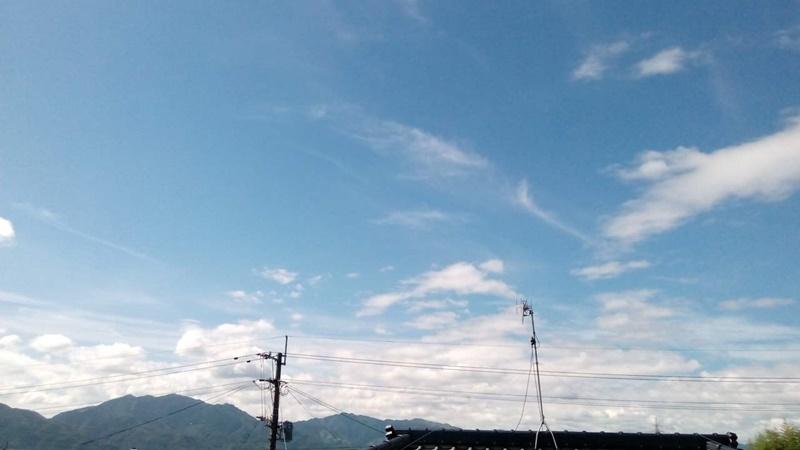 青空が広がる高台